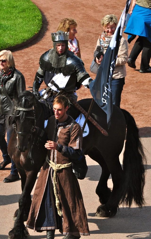 """O """"Cavaleiro Medieval"""" diverte os turistas no pátio do Zwinger."""