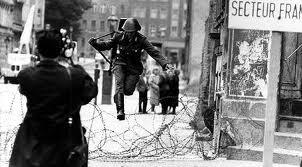 Soldado da Alemanha Oriental foge para a Alemanha Ocidental