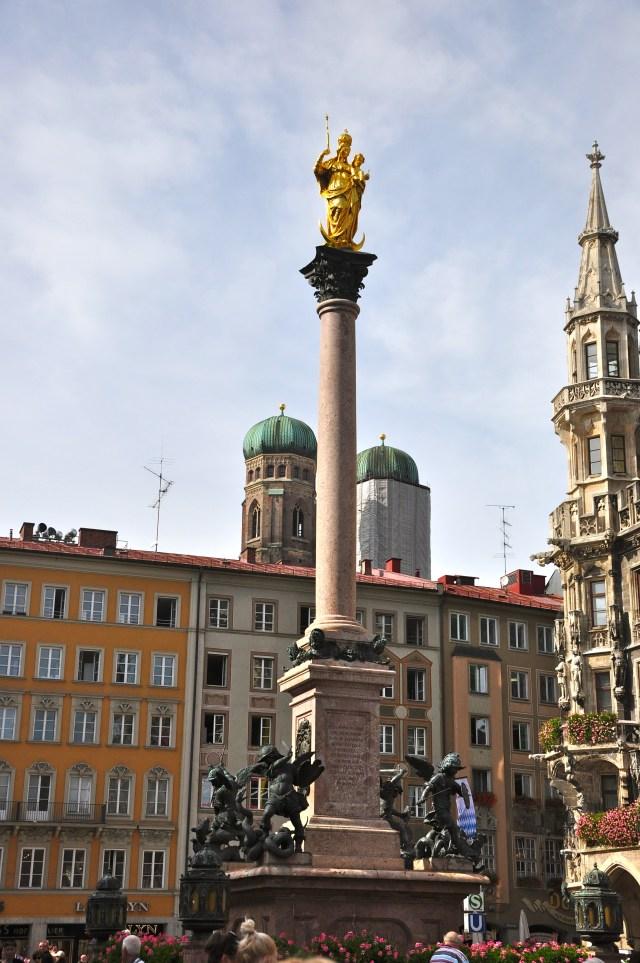 A coluna com a imagem da Santa Maria no meio da Praça