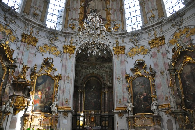 O interior da Igreja da Virgem Maria