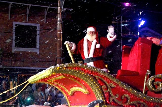Papai Noel vem no final do desfile.