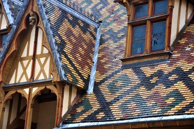 O telhado colorido do Hotel Dieu