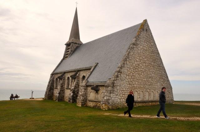 A capela no alto do morro de Etretat.