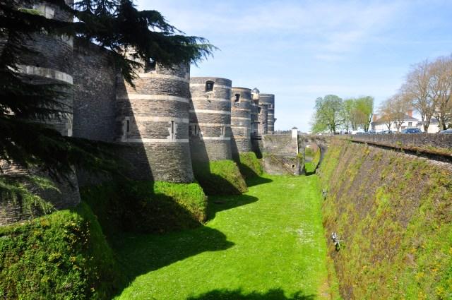 Os fossos cercam o Castelo de Angers