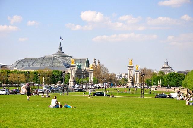 A cúpula do Grand Palais ao fundo da Ponte Alexandre III