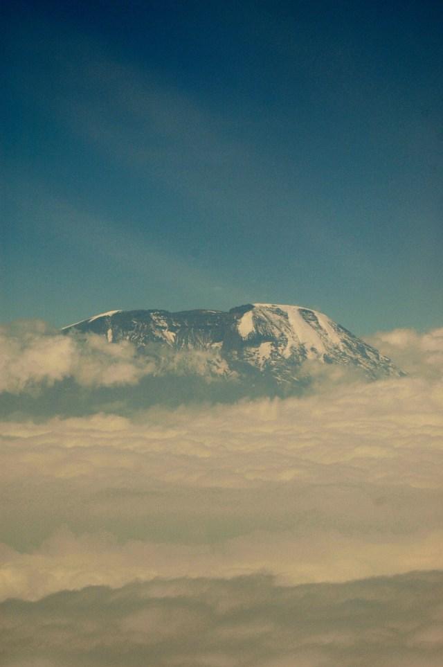O Kilimanjaro emergindo das nuvens.