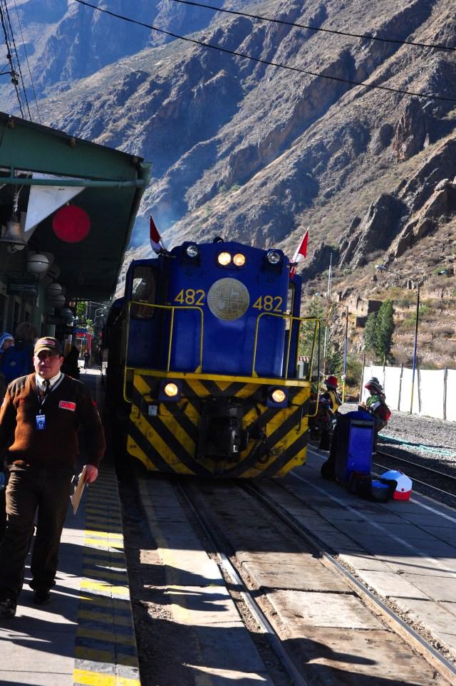O trem Vistadome na estação de Ollantaytambo