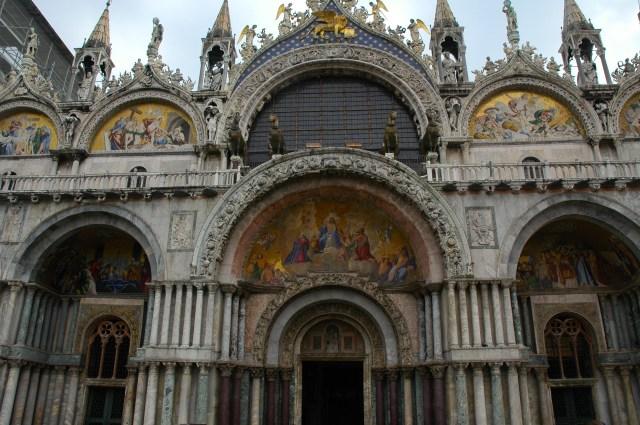 Os fantásticos mosaicos da fachada da Basílica de São Marcos.