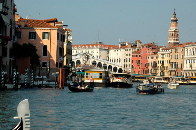 Vaporetto atracado no Grande Canal