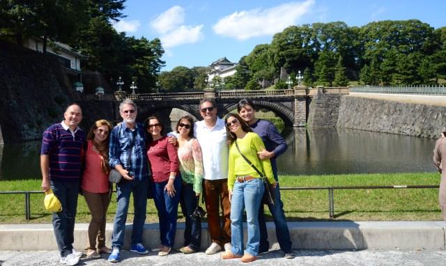 O grupo da Via Alegria em frente ao Palácio Imperial do Japão