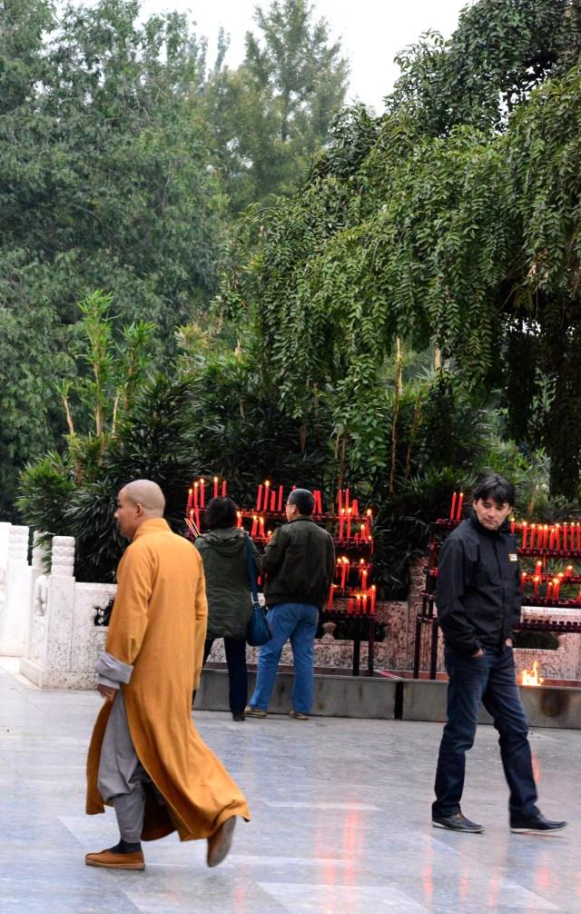 Monge budista em frente ao Pagode.