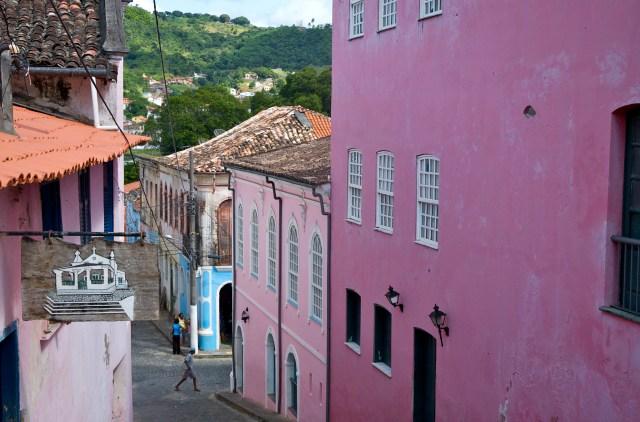 Ruas estreitas e casario colonial em Cachoeira.