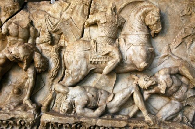Alto relevo mostrando combates entre gladiadores no Coliseu.