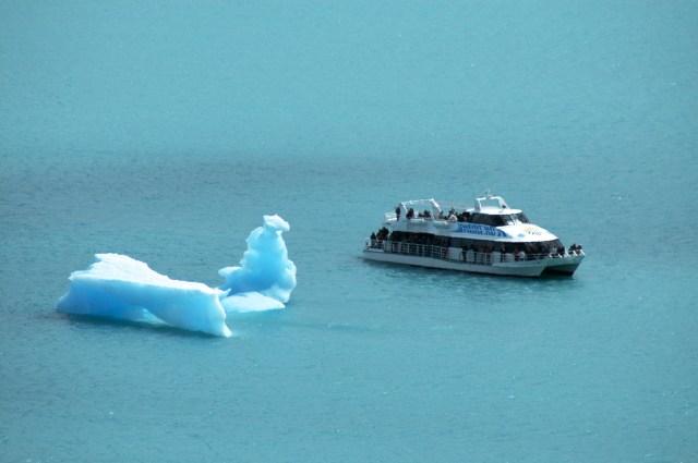 Pequenos icebergs flutuam nas águas do Lago Argentino.
