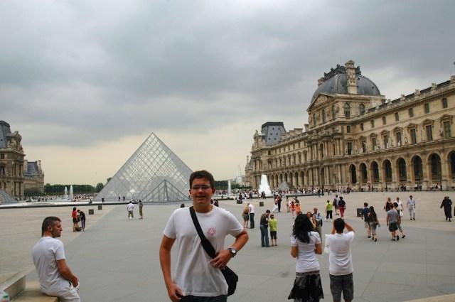 Detalhe externo do Museu do Louvre.