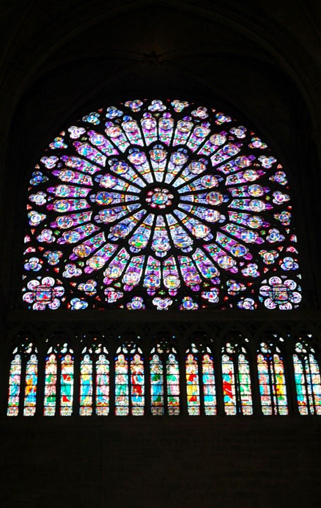 Detalhes dos vitrais de Notre Dame.