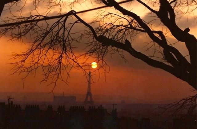 O Por do Sol atrás da Torre Eiffel
