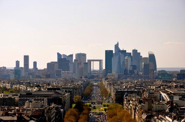 O bairro de la Défense com o Grande Arco ao centro