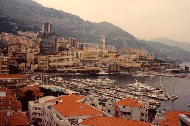 O circuito do Grande Prêmio de Fórmula 1 acontece pelas ruas de Mônaco.