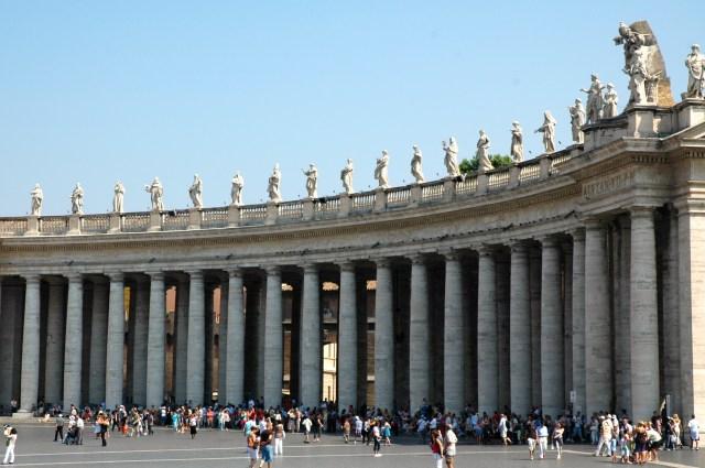 As colunas dóricas, os santos e os Papas.