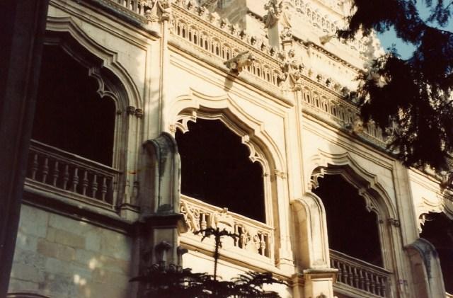 A influência árabe está presente na arquitetura de Toledo.