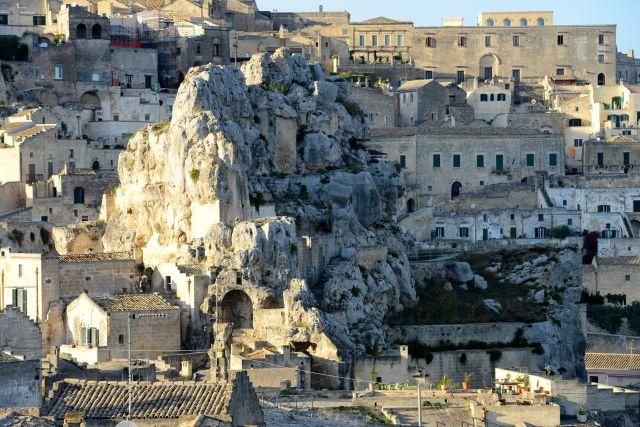 Casas cavernas e rochas se misturam.