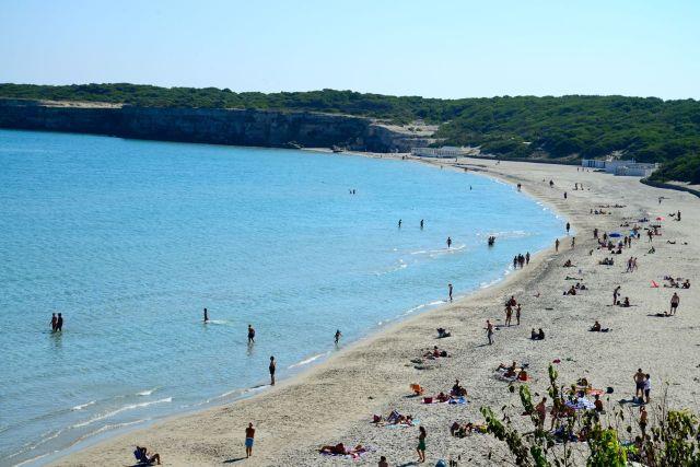 Praia na costa da Península de Salento.