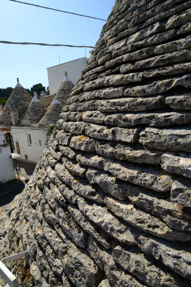 As casas são feitas de pedras superpostas.