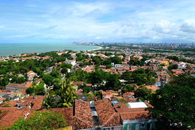 O casario colonial de Olinda com Recife ao fundo.