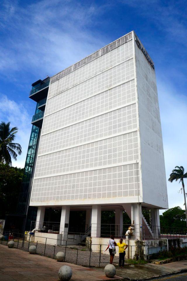 O prédio da Caixa D'Água destoa do restante da cidade.