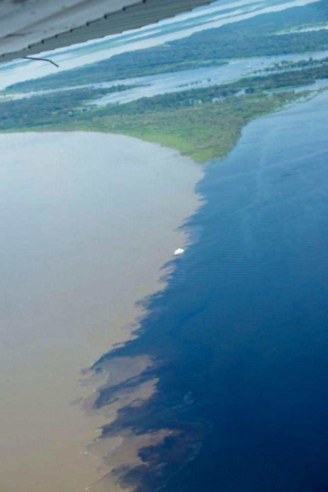 O encontro das águas entre o Rio Negro e o Rio Solimões.