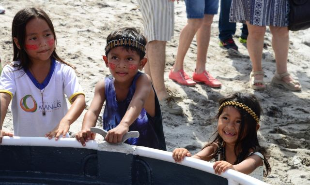 As crianças acompanharam a saída dos nossos barcos.