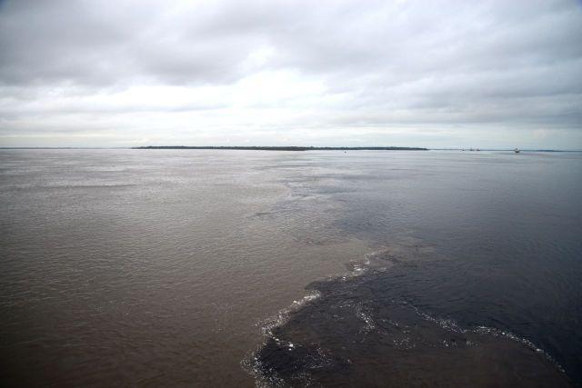 As águas negras e paradas do Rio Negro contrastam com as águas barrentas do Amazonas