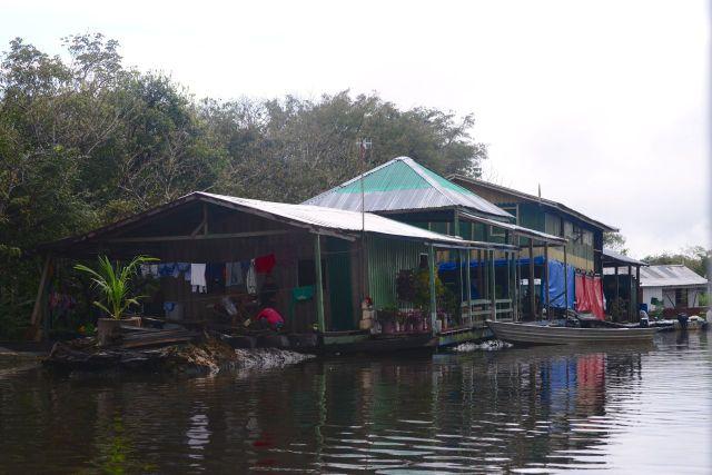 A casa do caboclo na beira do rio.