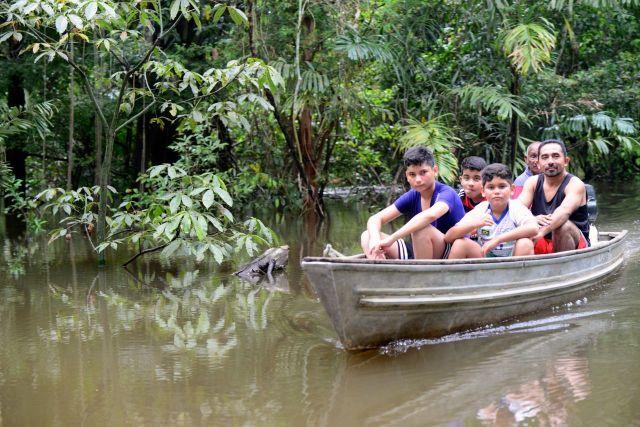 """Atravessando os """"furos"""" do Rio Solimões."""