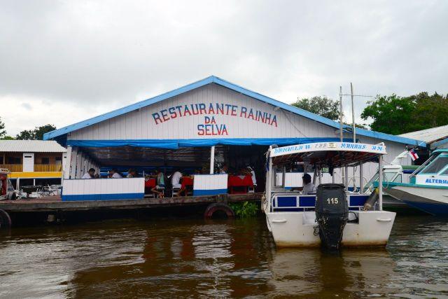 O bom restaurante Rainha da Selva, na beira do rio.