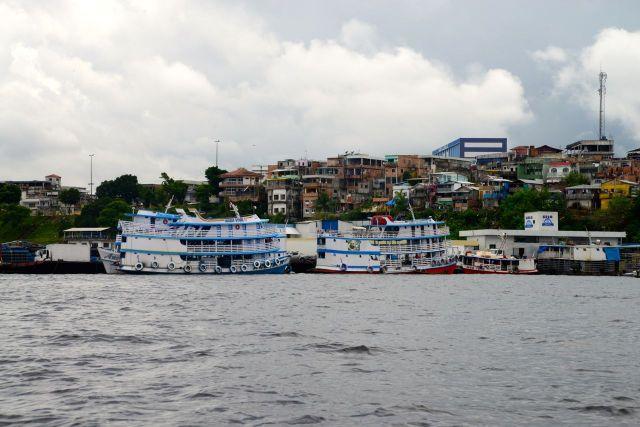 Barcos atracados no porto secundário de Manaus.