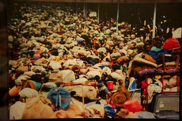 Milhares de refugiados fugindo de Ruanda durante o genocídio.