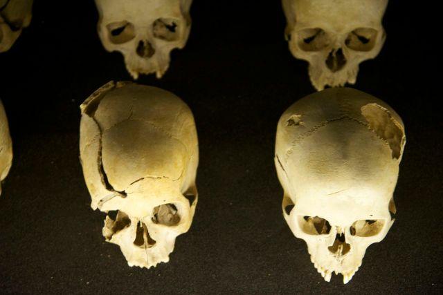 Crânios cortados por golpes de facões.