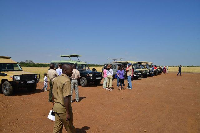 O movimento frenético no campo-de-pouso é testemunhado pelos carros de safari.