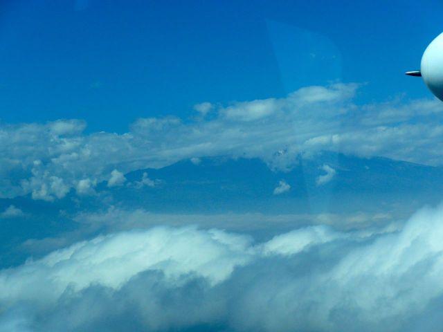 Sobrevoando o Monte Kilimanjaro.