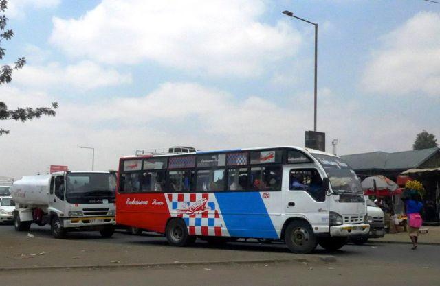 Ônibus colorido em Nairobi