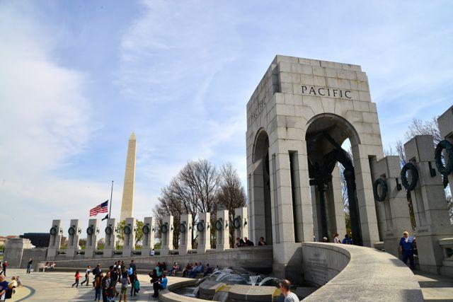 Um dos portões de entrada do Memorial da Segunda Guerra Mundial