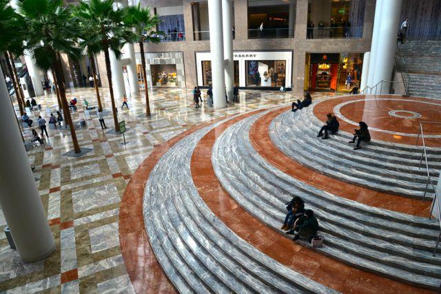 O interior do World Financial Center.