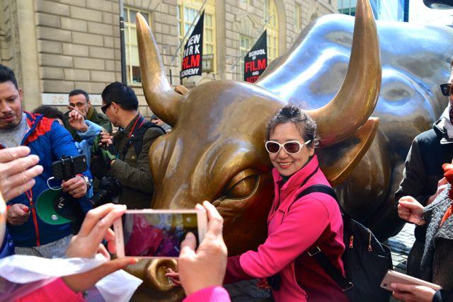 Um multidão cercava o touro para as fotos.