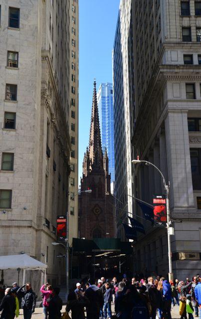 A Igreja da Trindade, espremida ao final da Wall Street.
