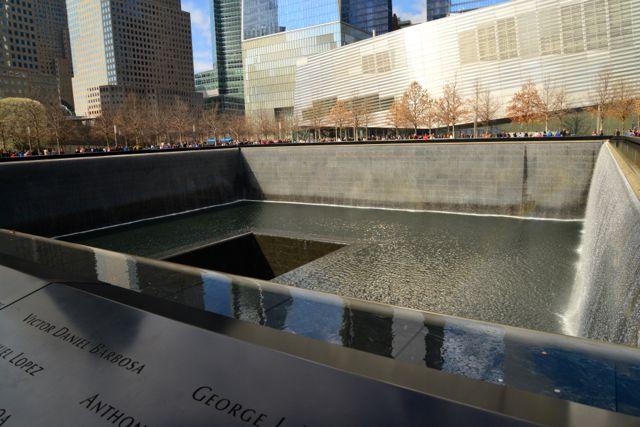 """Uma das """"piscinas"""" que fazem parte do Memorial aos mortos do 11 de setembro."""