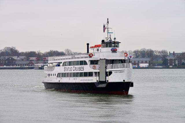 A balsa leva os visitantes para a Liberty Island