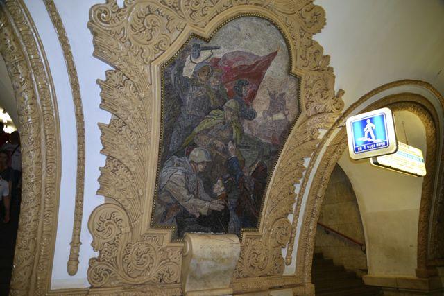 Detalhes na decoração do metrô de Moscou.
