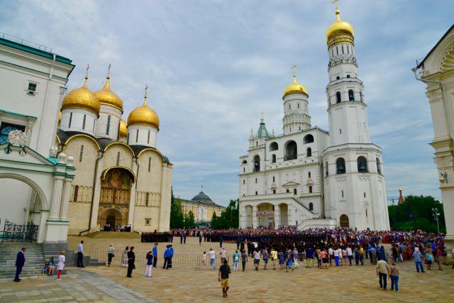 Conjunto de igrejas e catedrais no interior do Kremlin.